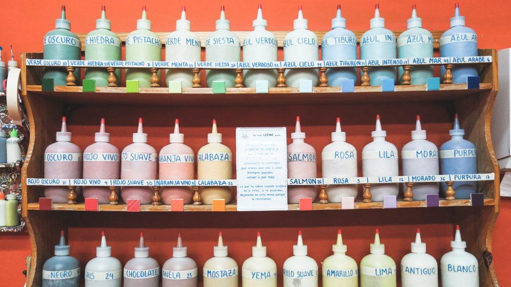 En pinta en copas tienes diferentes colores de esmalte para pintar tu cerámica mientras te relajas tomando un café