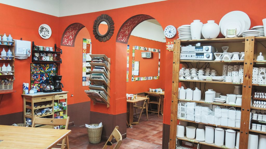 Local de pinta en copas en Malasaña, Madrid. Un lugar tranquilo para pintar cerámica mientras te relajas tomando un café.
