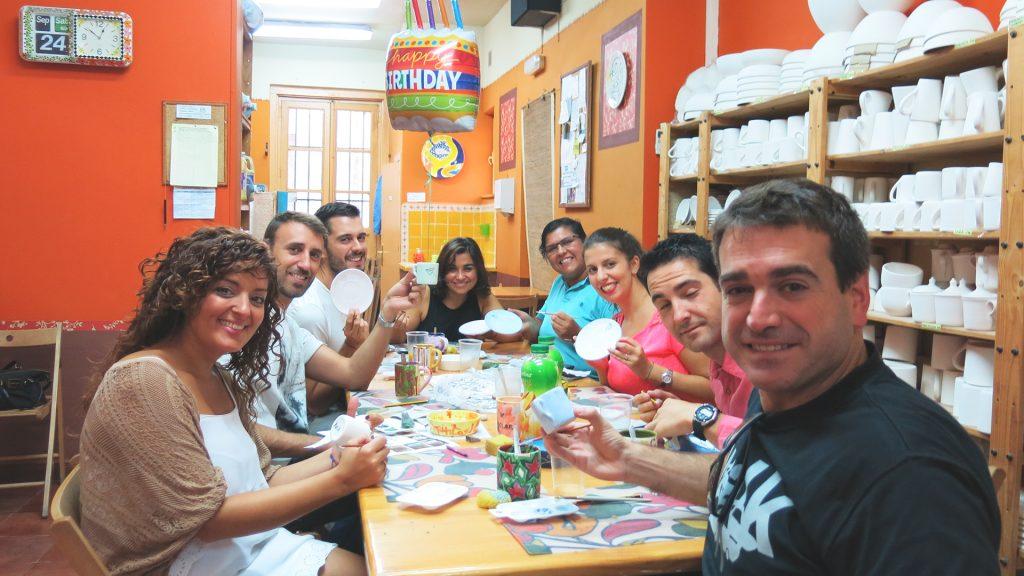Celebra tu evento de empresa pintando una pieza de cerámica en Pinta en Copas