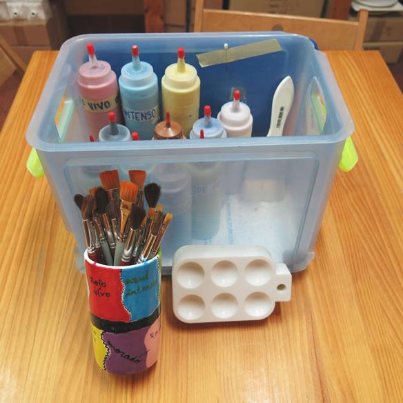 ¿Te gustaría personalizar una vajilla para un regalo pero no puedes pasar varias tardes pintando en nuestro local? ¿Os interesa hacer una actividad de empresa diferente? Ofrecemos un kit para llevar, para que puedas pintar tus piezas cerámica fuera del local de Pinta en Copas.